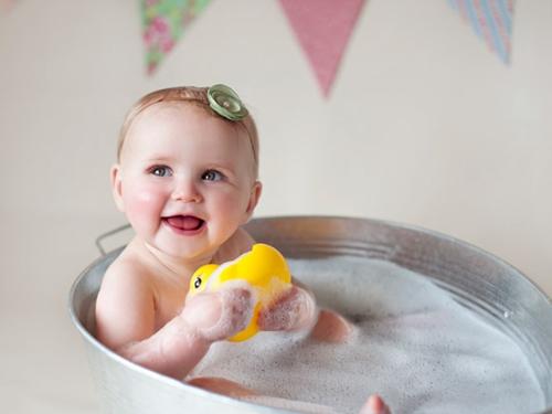 据了解,90%的新生儿在出生后两个月内就开始微笑.